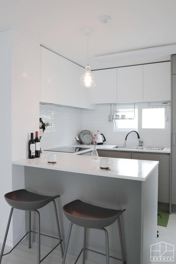 아늑하고 깨끗한 분위기의 선경아파트 31평 _ 이사 후: 홍예디자인의  주방,