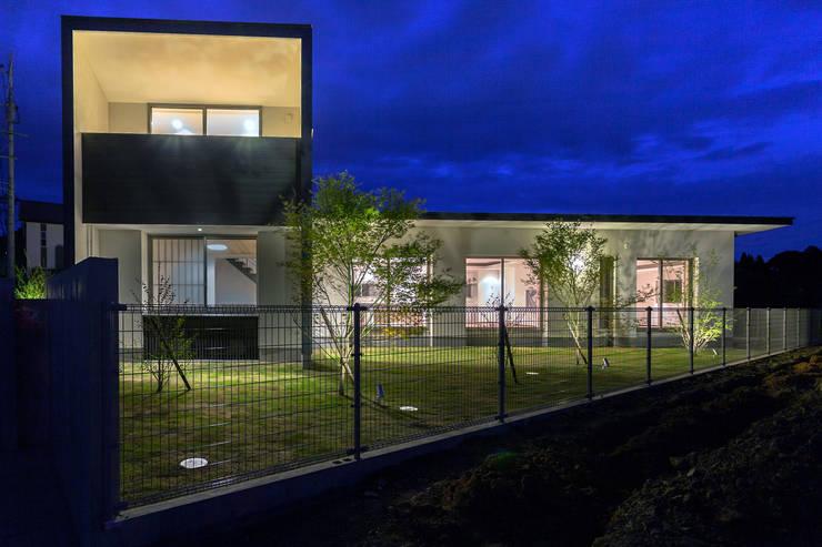 夜景外観 : MAアーキテクト一級建築士事務所が手掛けた一戸建て住宅です。