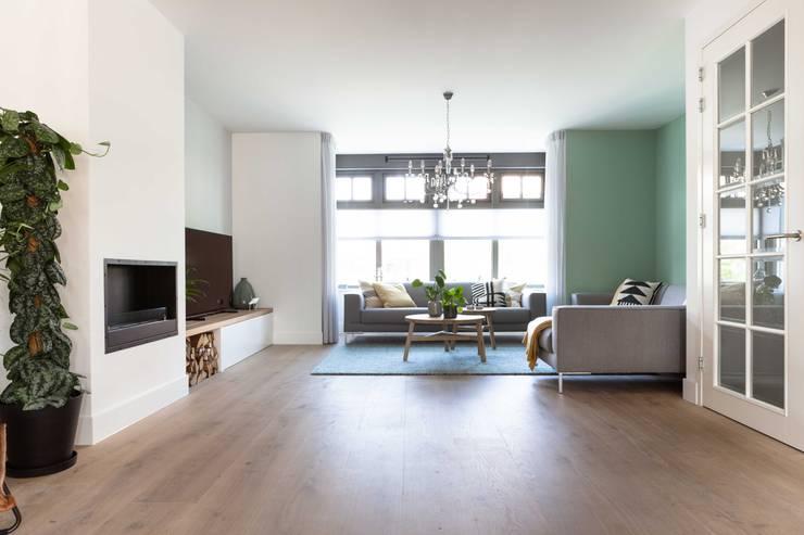Interieurontwerp door Studio Binnen:  Woonkamer door Studio Binnen, Scandinavisch