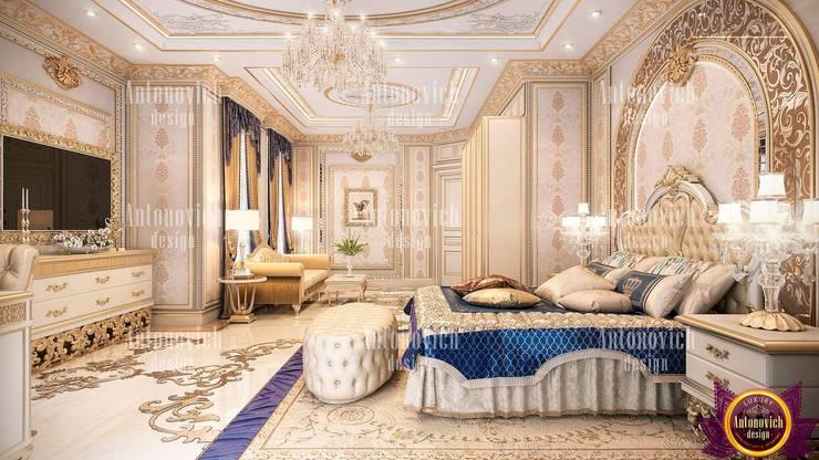 Beauty classics in the interior of the bedroom from Katrina Antonovich:  Bedroom by Luxury Antonovich Design, Classic