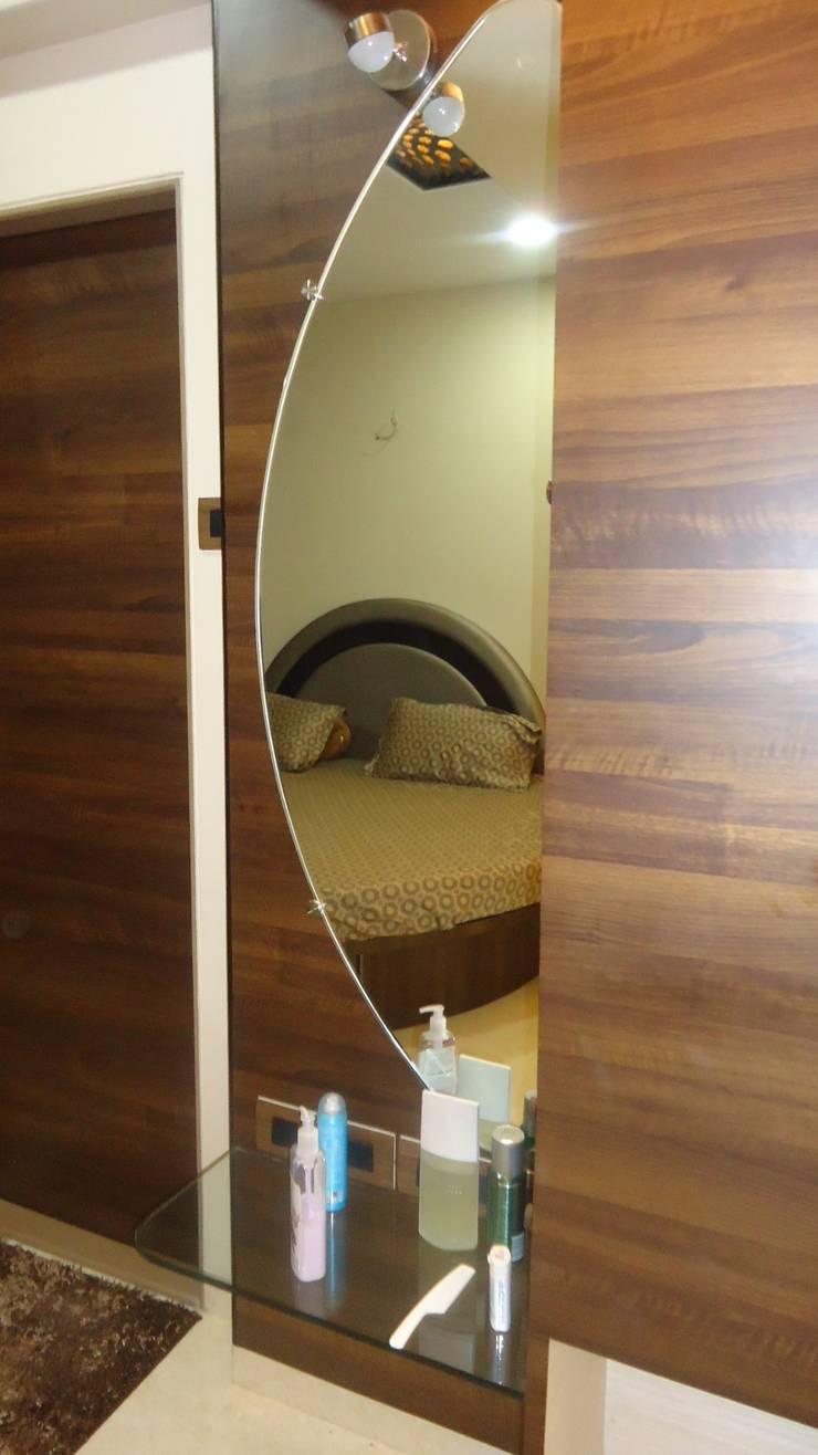 Thane:  Living room by aasha interiors,Modern