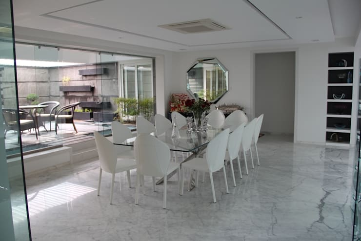 Chugh Villa:  Dining room by Innerspace