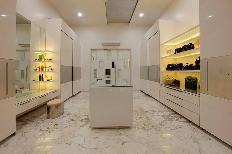 Nemi Villa:  Dressing room by Innerspace,Modern