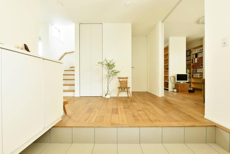 土間から玄関ホールを見る: タイコーアーキテクトが手掛けた廊下 & 玄関です。