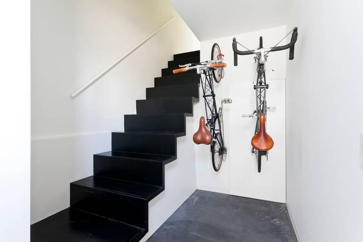 子世帯玄関ホール: 石川淳建築設計事務所が手掛けた廊下 & 玄関です。
