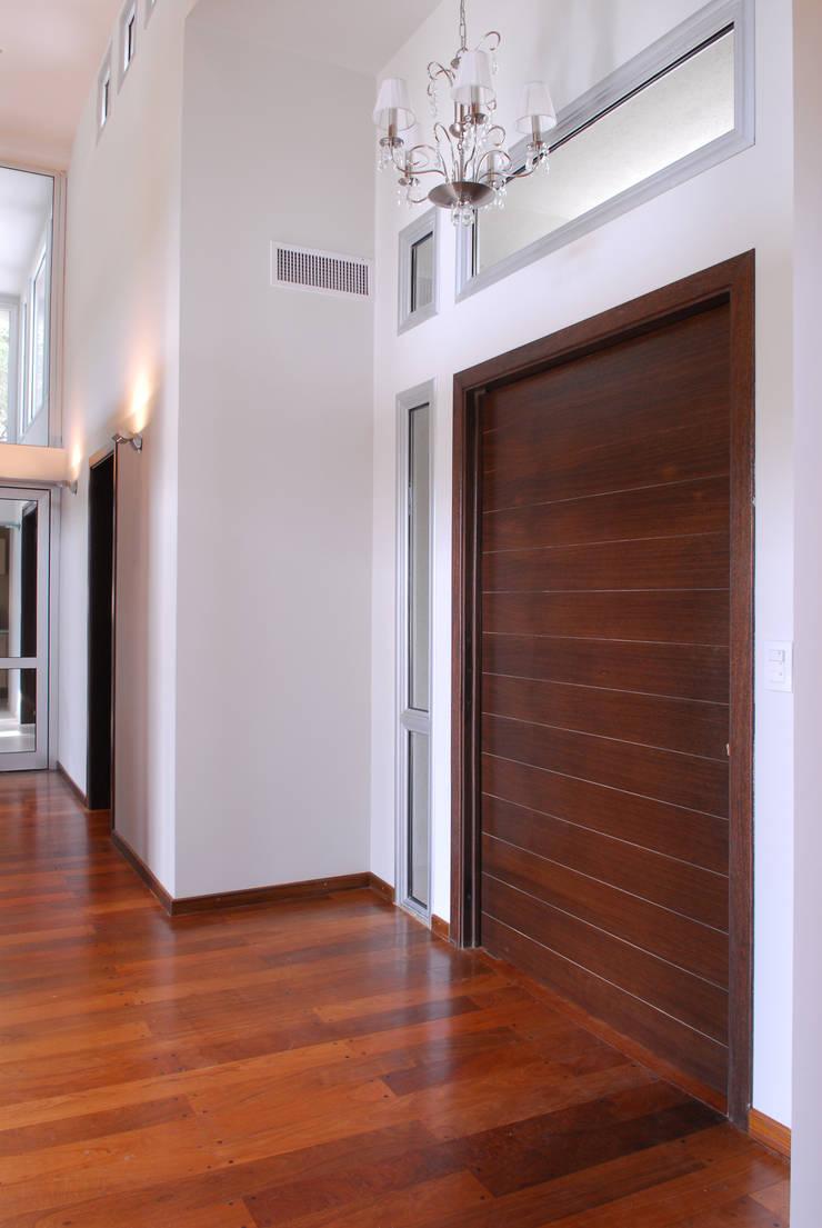 PUERTA DE ENTRADA MODERNA: Ventanas y puertas de estilo  por Maretich Aberturas de Madera,