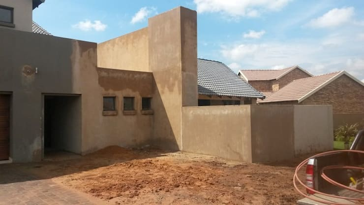 Home extension in Raslouw Manor Estate Centurion:   by PTA Builders And Renovators