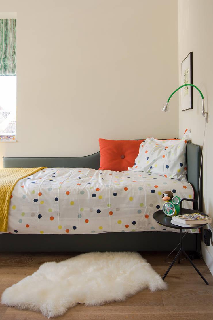 Jongenskamer met gele achtergond en groene accenten: modern  door Stefania Rastellino interior design, Modern