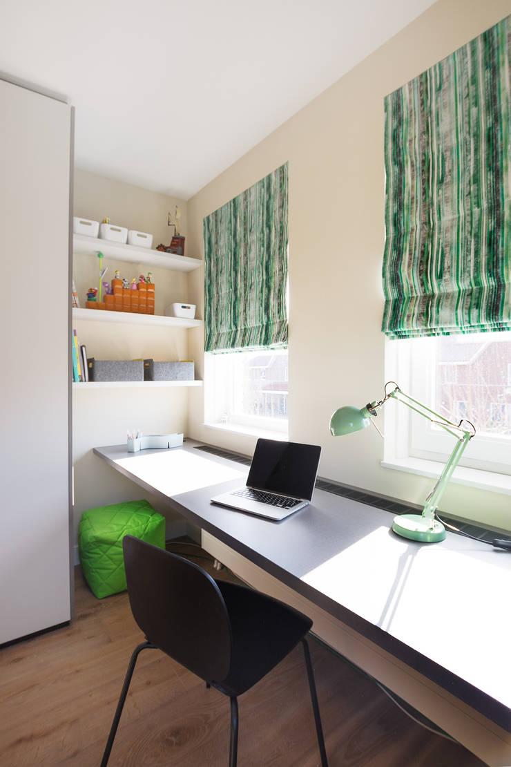 Jongenskamer met op maat gemaakte kast en bureau:  Jongenskamer door Stefania Rastellino interior design, Modern