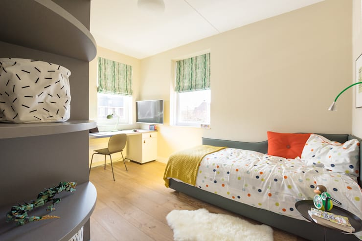 Kinderkamer met kast en bureau op maat:  Jongenskamer door Stefania Rastellino interior design, Modern