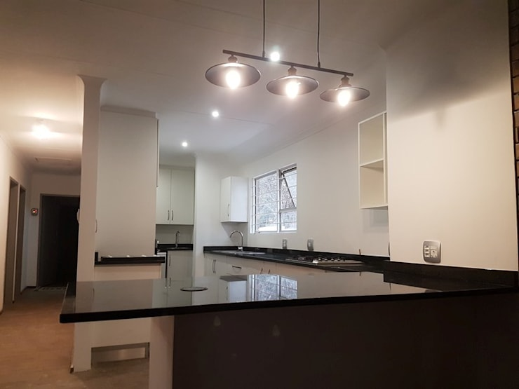 Kitchen renovation in Faerie Glen Pretoria East:   by PTA Builders And Renovators