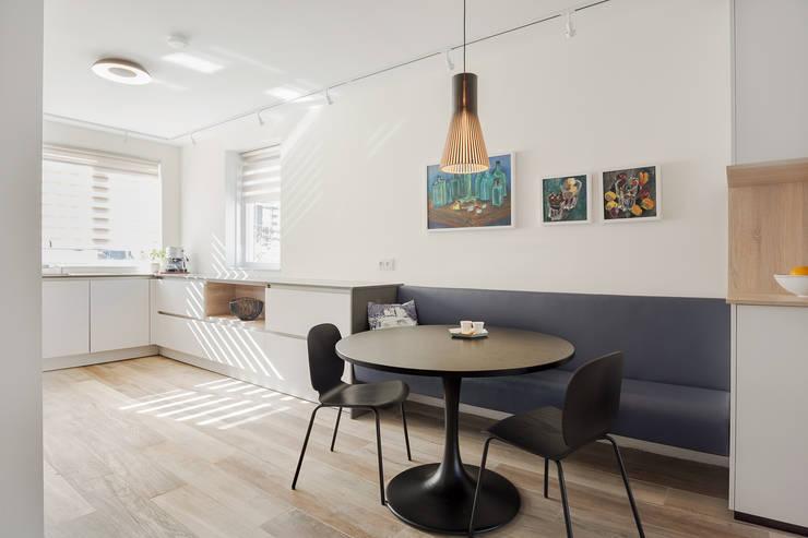 leefkeuken met zwevend bankje en ronde eettafel:  Keuken door Stefania Rastellino interior design