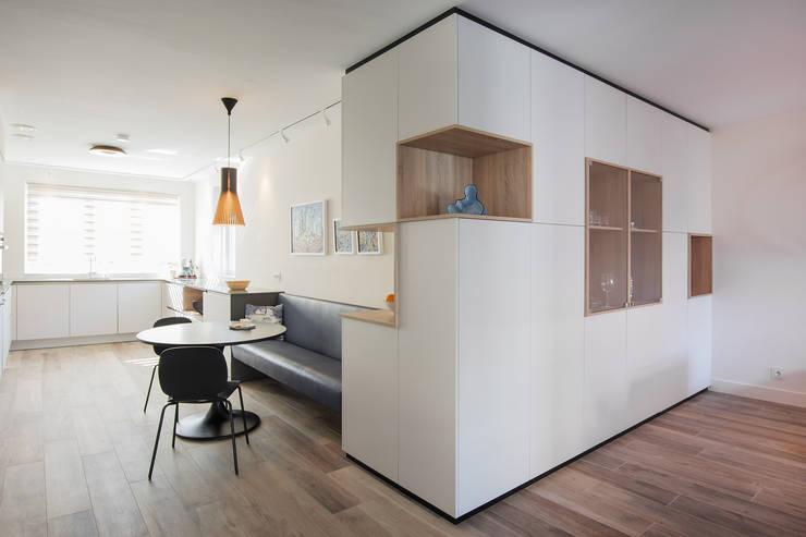 hoekkast op maat en zwevend bankje:  Eetkamer door Stefania Rastellino interior design