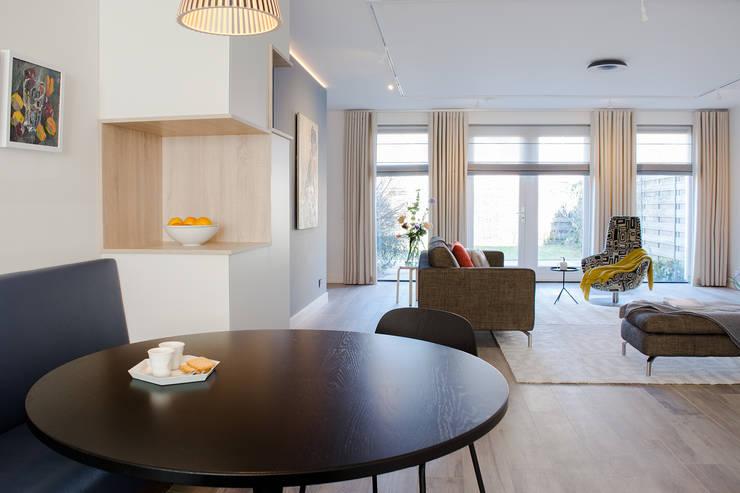 Woonkamer, leefkeuken en hoekkast op maat:  Woonkamer door Stefania Rastellino interior design