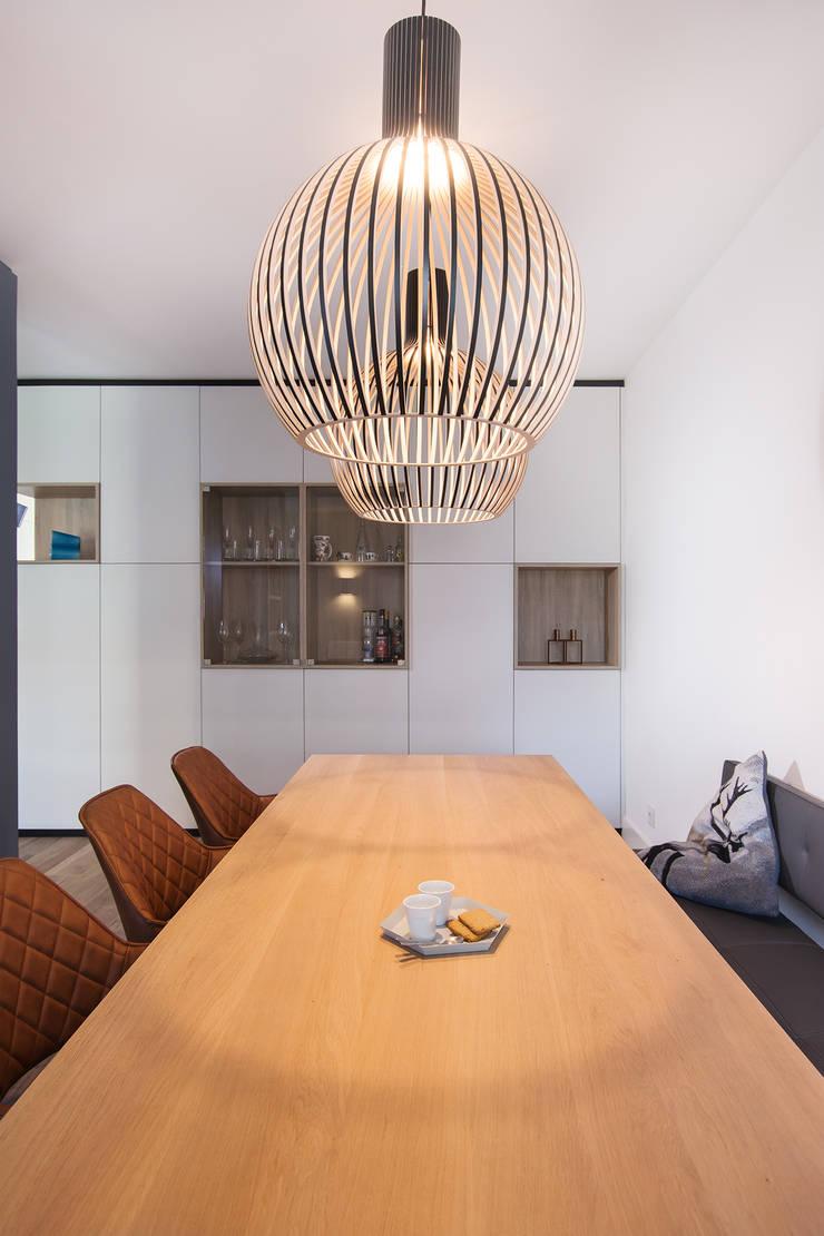 kast op maat met vitrine:  Eetkamer door Stefania Rastellino interior design