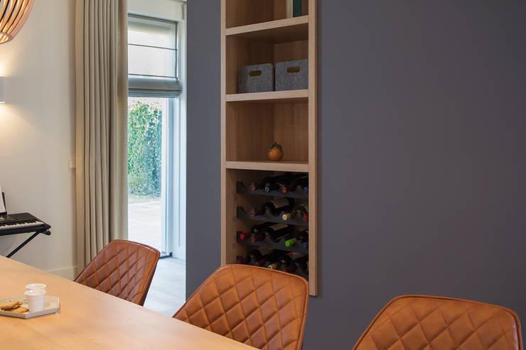 kast op maat met vakken en wijnrek:  Eetkamer door Stefania Rastellino interior design