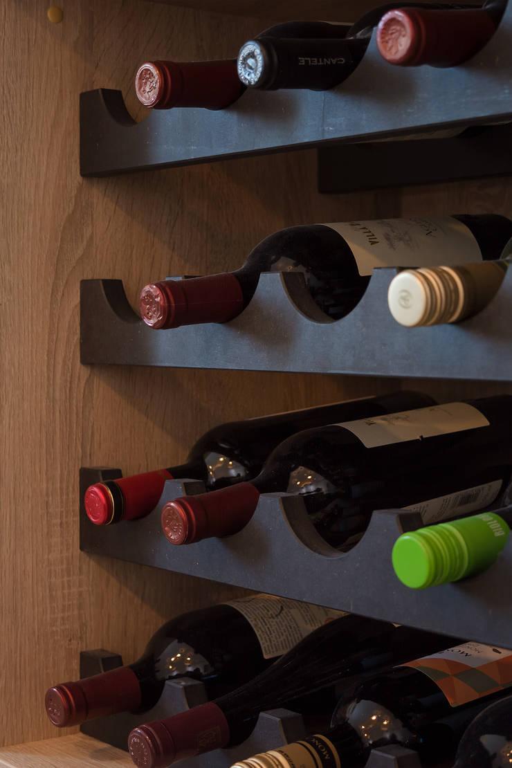 detail van de wijnrek:  Eetkamer door Stefania Rastellino interior design