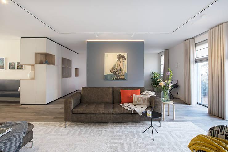 woonkamer met scheidingswand:  Woonkamer door Stefania Rastellino interior design
