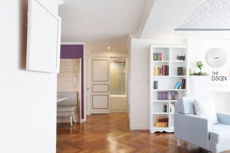 컬러와 패턴이 살아있는 집: 더디자인 the dsgn의  거실,