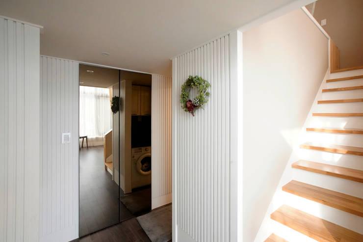 오동나무 원목루버  전원주택 인테리어 /  채널18루버  하이트: 케이디우드테크 의  거실,컨트리 우드 우드 그레인