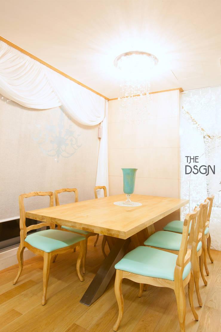 은은하고 우아한 다이닝룸: 더디자인 the dsgn의  다이닝 룸