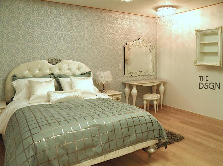 민트와 화이트실버 컬러의 우아한 침실: 더디자인 the dsgn의  침실