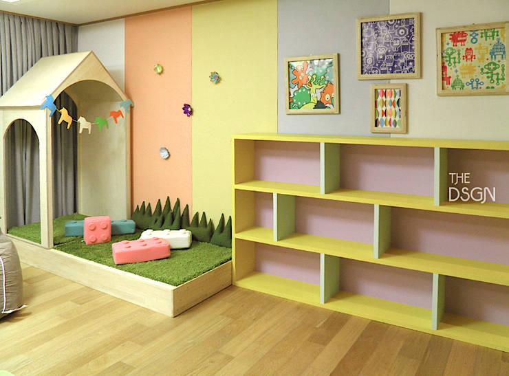 아이들만을 위한 아이들의 놀이 거실: 더디자인 the dsgn의  아이방
