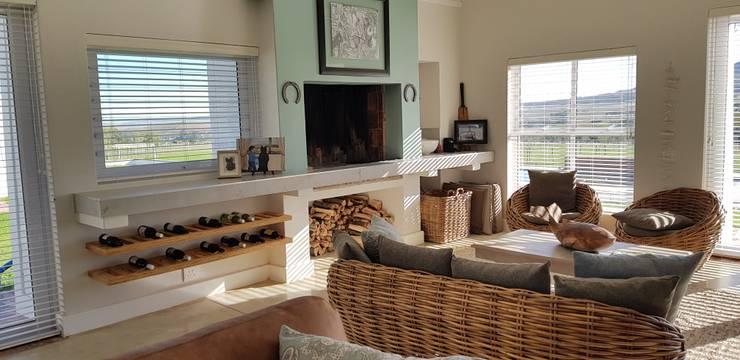 House Filmalter:  Living room by JFS Interiors