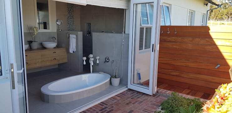 House Filmalter:  Bathroom by JFS Interiors