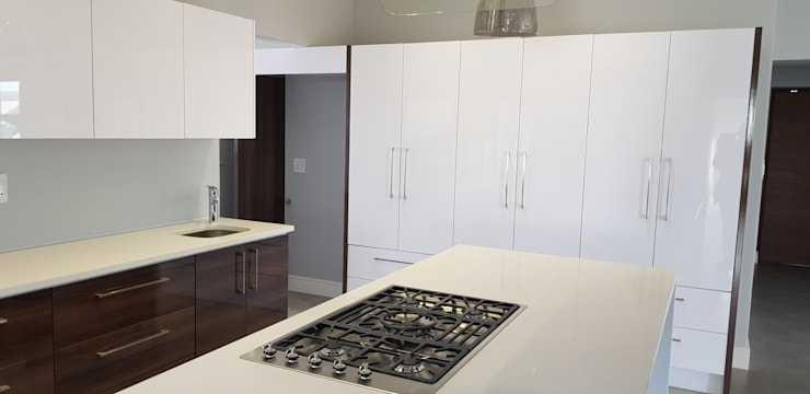 House Barnard:  Kitchen by JFS Interiors
