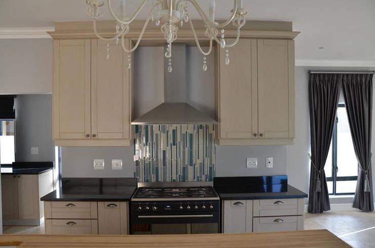 House De Wet:  Built-in kitchens by JFS Interiors