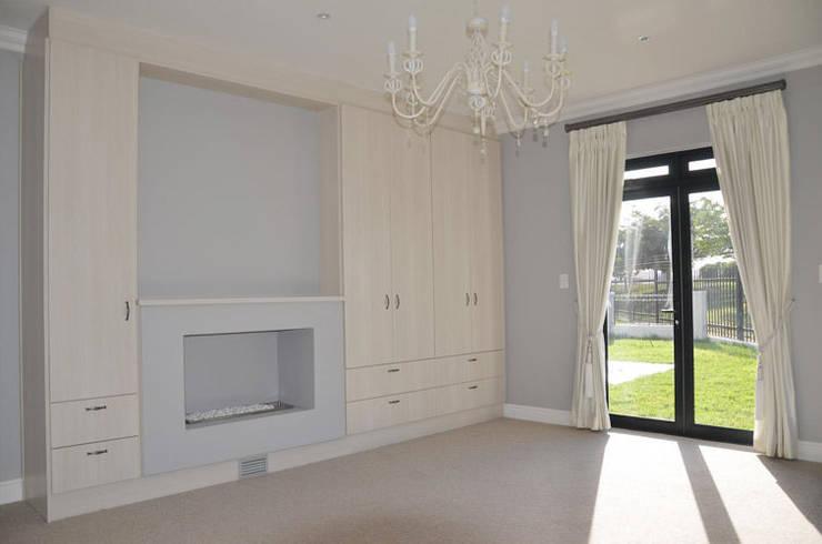 House De Wet:  Bedroom by JFS Interiors