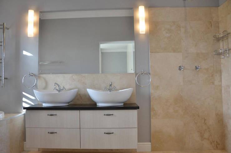 House De Wet:  Bathroom by JFS Interiors
