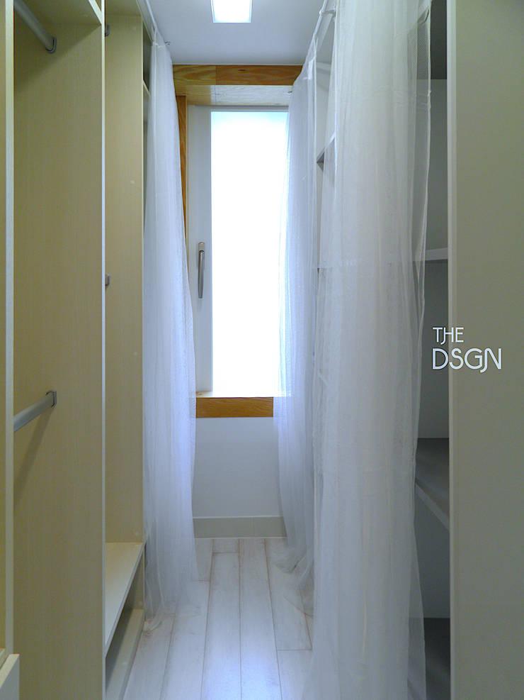 확장없이 파우더룸과 침실을 한 공간으로: 더디자인 the dsgn의  드레스 룸,모던