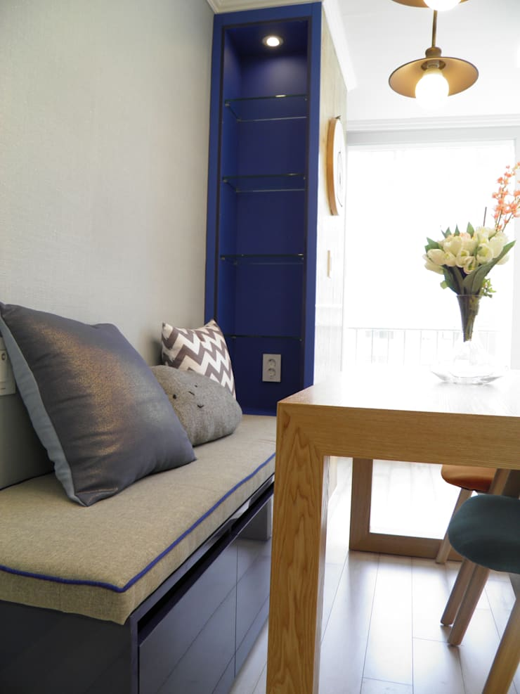 블루 파이핑 포인트 방석과 수납 벤치: 더디자인 the dsgn의  거실,북유럽