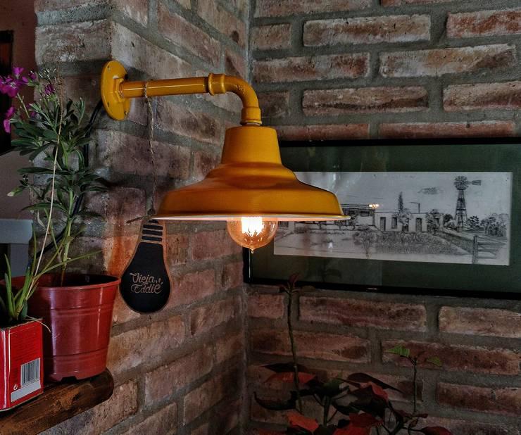 Galponera Lampara De Pared Vintage : Livings de estilo  por Lamparas Vintage Vieja Eddie