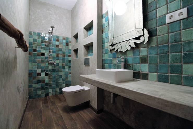 Casa de banho em microcimento e azulejo feito à mão.: Casas de banho  por Atelier  Ana Leonor Rocha