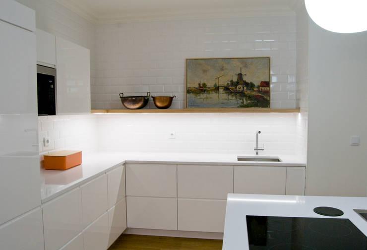 Cozinha Tangerinas & Pêssegos: Armários de cozinha  por Tangerinas e Pêssegos - Design de Interiores & Decoração no Porto