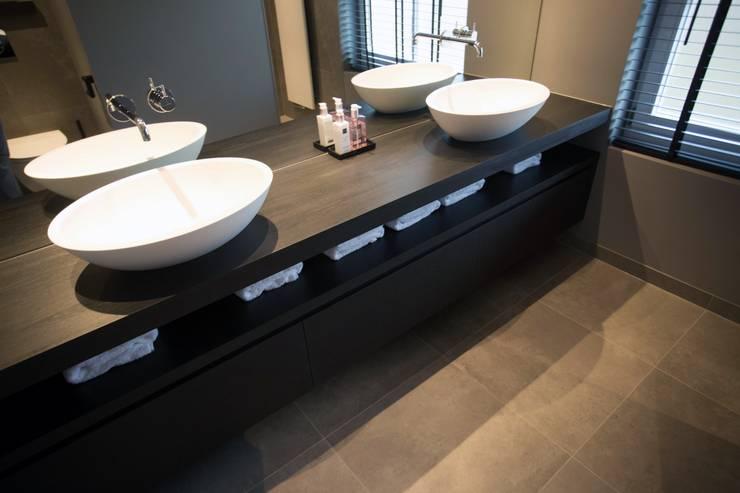 Exclusief houten badkamermeubel zwart:  Badkamer door De Eerste Kamer