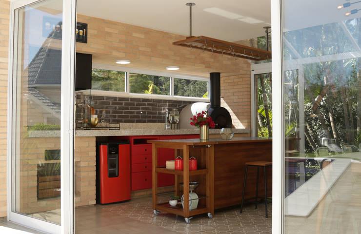 churrasqueira + forno de pizza: Garagens e edículas  por NATALIA BARTOLOMEO ARQUITETURA | DESIGN STUDIO