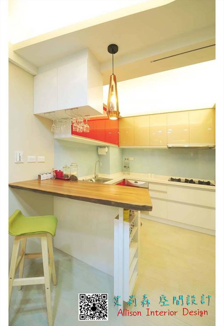 廚房 原木吧台 烤白鐵件:  系統廚具 by 艾莉森 空間設計