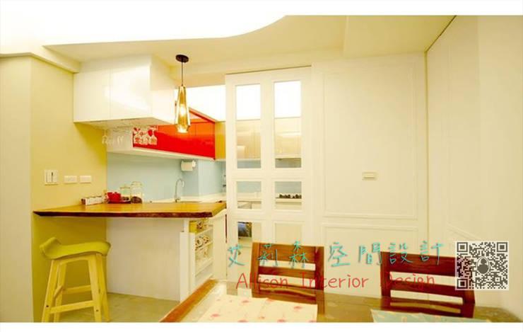 廚房 餐廳 白色烤漆實木玻璃門:  玻璃門 by 艾莉森 空間設計