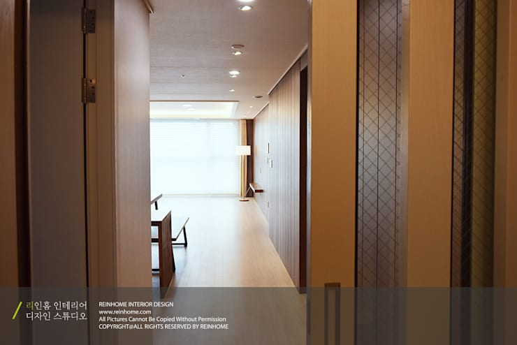 레미안 안양 메가트리아 33평: 리인홈인테리어디자인스튜디오의  복도 & 현관