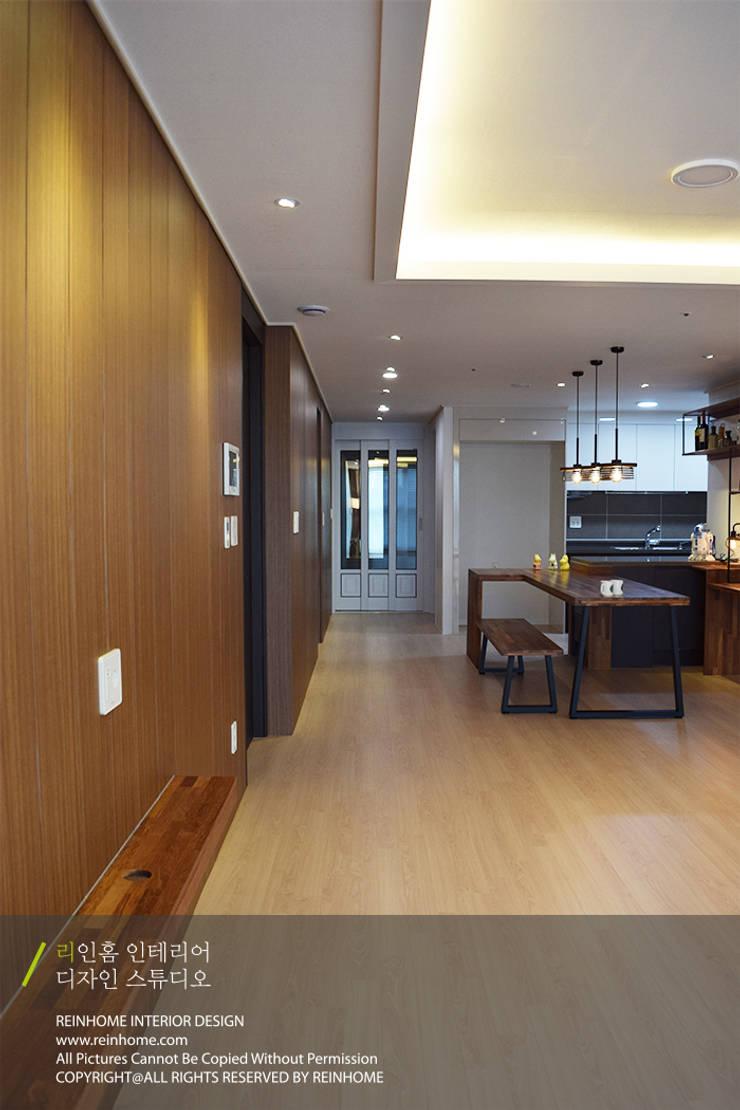 레미안 안양 메가트리아 33평: 리인홈인테리어디자인스튜디오의  거실