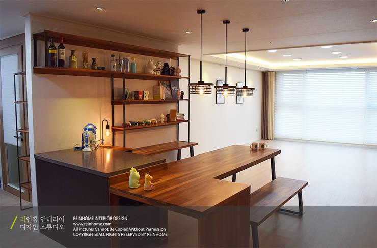 레미안 안양 메가트리아 33평: 리인홈인테리어디자인스튜디오의  다이닝 룸