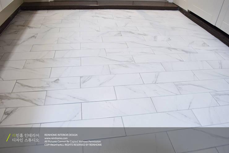 경남 양산시 양우내안에 3차 33평: 리인홈인테리어디자인스튜디오의  복도 & 현관,모던