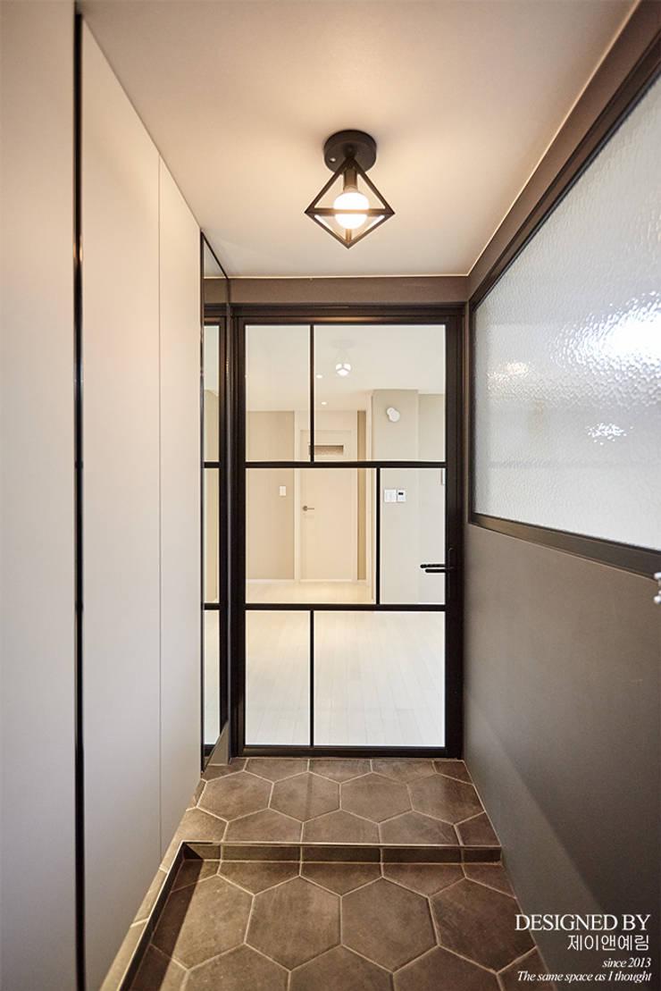 평촌 현대아파트 32평: 제이앤예림design의  복도 & 현관