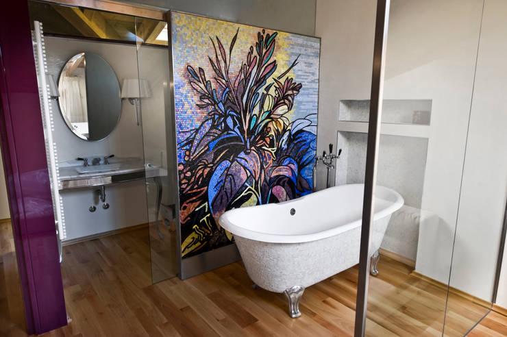 Bagno Padronale: Bagno in stile  di Studio Merlini Architectural Concept
