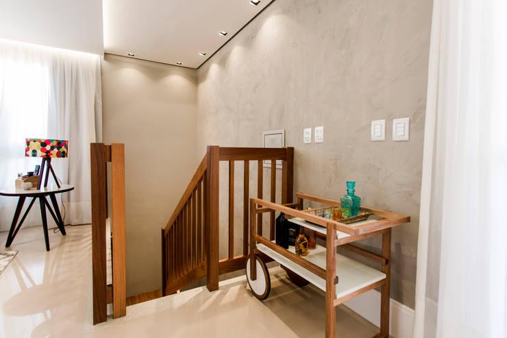 Cobertura TL: Escadas  por Nathalia Bilibio Arquitetura e Construção