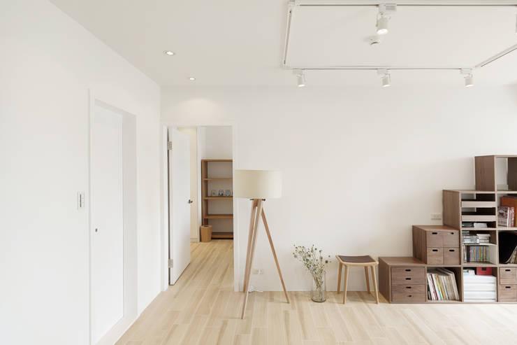 Salon de style  par 文儀室內裝修設計有限公司